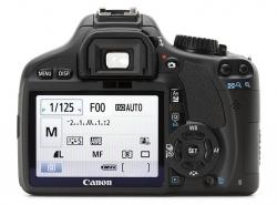 Canon 550D. Se observa asemanarea dintre cele doua modele, dar si noul format al ecranului LCD