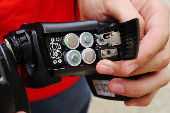 Ambele modele functioneaza cu cate patru baterii sau acumulatori tip AA
