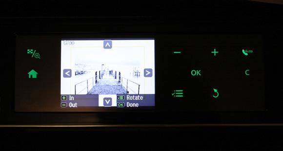 Panoul frontal de comanda (cu butoane senzitive) si ecranul functiei crop