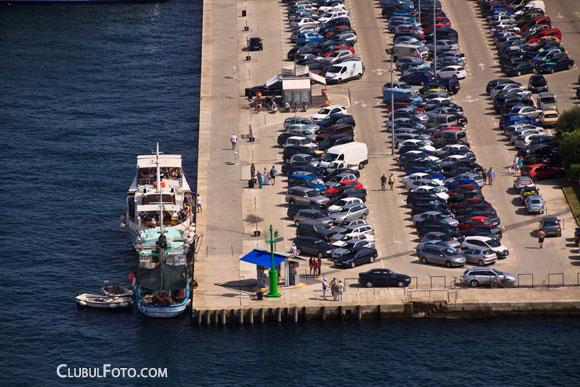 In fata, portul turistic. Va reamintiti de unde am plecat sa vizitam orasul?