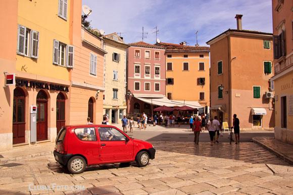 Incepem tura foto in centrul istoric ... si la ei in centru se merge cu masina :)