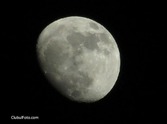 Luna, fotografiata cu Canon SX240 HS