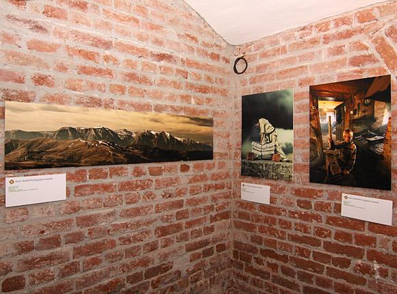 Fotografia lui Ionut Hrenciuc (stanga) si alte doua imagini apreciate de juriu, ale unor fotografi romani