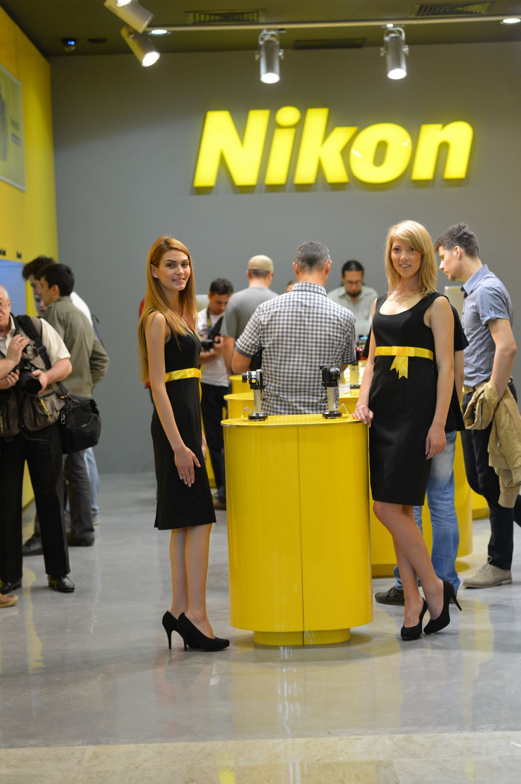 nikon yellow store la iasi. Black Bedroom Furniture Sets. Home Design Ideas