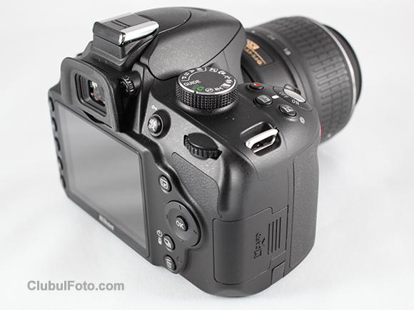 Nikon D3200 cu obiectivul de kit Nikkor 18-55mm f/3.5-5.6 VR