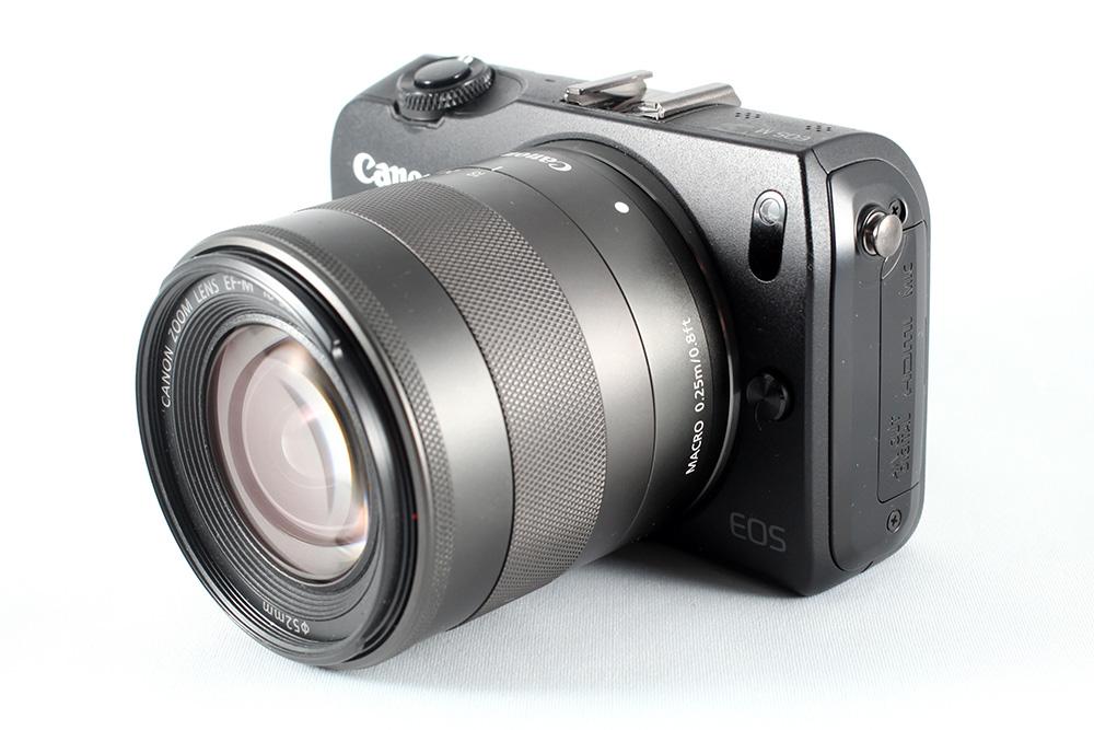 Canon EOS-M cu obiectivul de kit 18-55mm f/3.5-5.6 IS