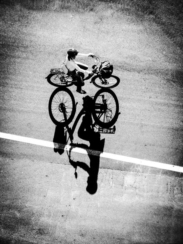 Daniel Necula cu fotografia Wrong Way în categoria Open, o fotografie alb negru îndrăzneaţă, despre o femeie pe o bicicletă, cu un detaliu inedit