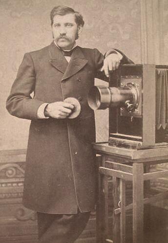 Joseph petzval alaturi de obiectivul inventat de el (Sursa foto: Wikipedia)