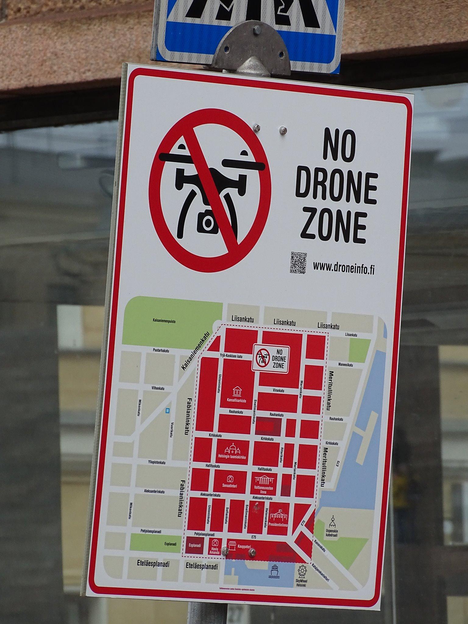 """Semnul stradal """"No Drone Zone"""" in Helsinki"""