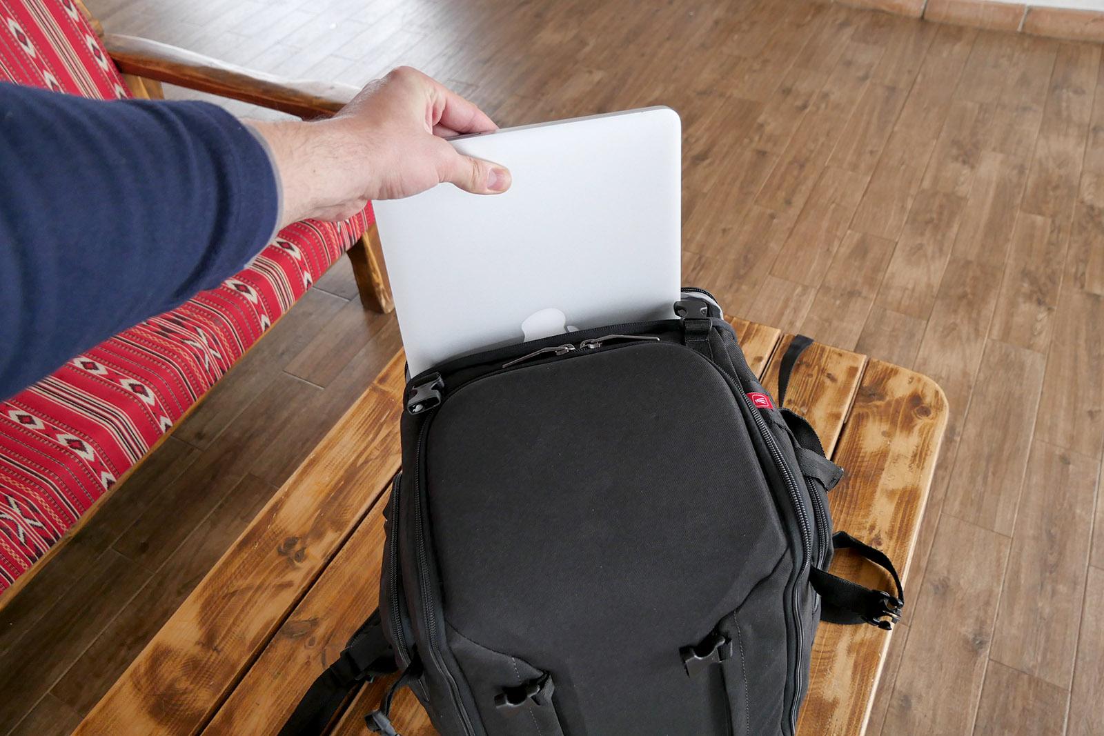 Compartimentul pentru laptop de 13/15 inch