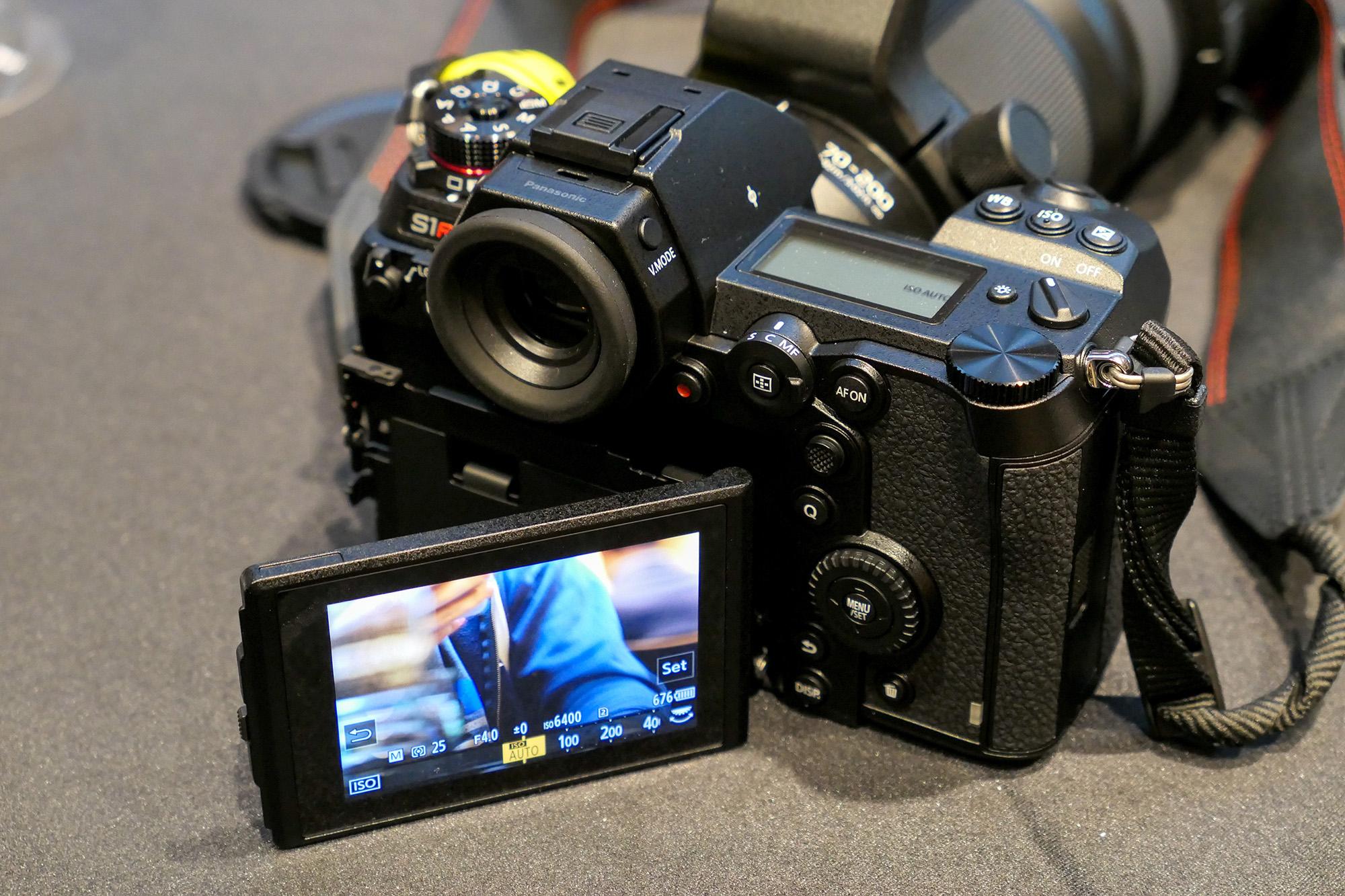 Panasonic S1R si ecranul LCD, rabatat lateral (spre dreapta, da...)